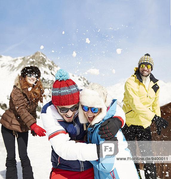 Freunde beim Schneeballschlachten im Schnee