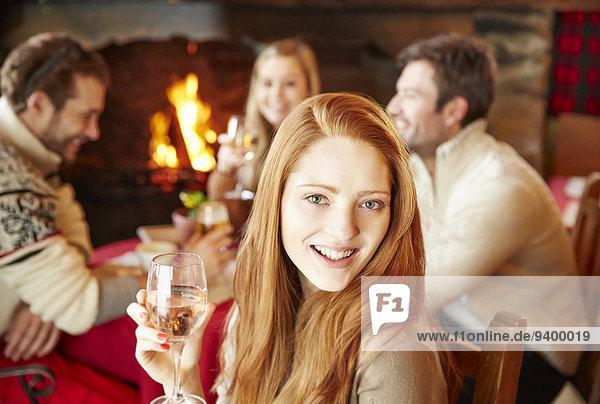 Frau genießt Getränke mit Freunden