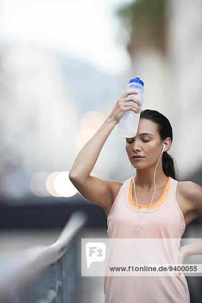 Frau ruht sich nach dem Sport aus
