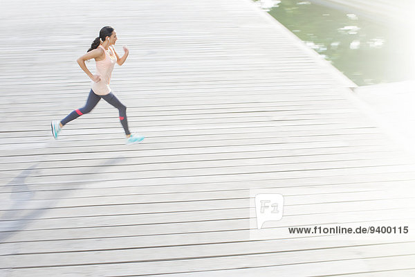 Frau rennt durch die Straßen der Stadt