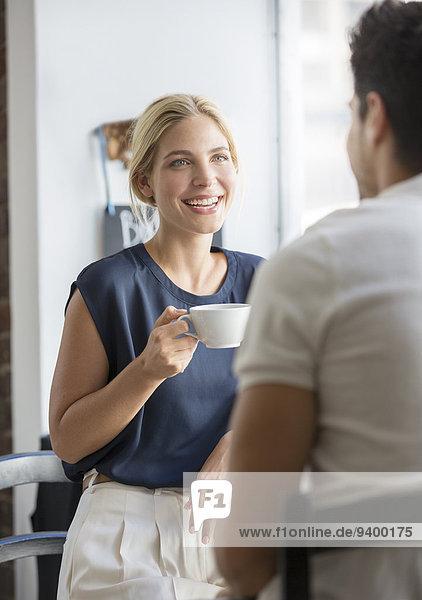 Paar beim Kaffee im Cafe