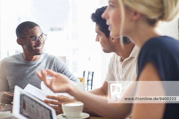 Geschäftsleute beim Treffen im Cafe