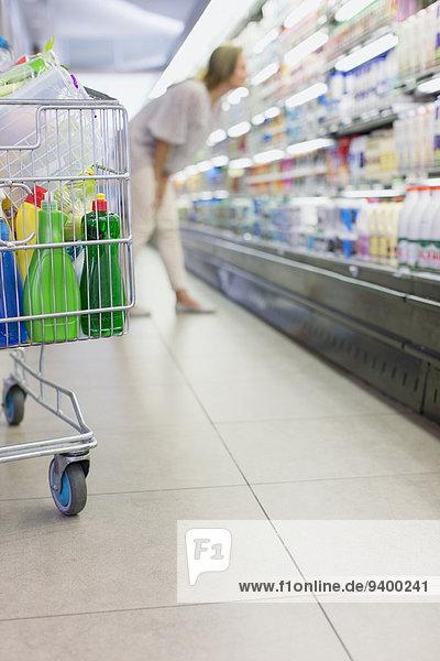 Nahaufnahme des vollen Warenkorbs im Lebensmittelgeschäft