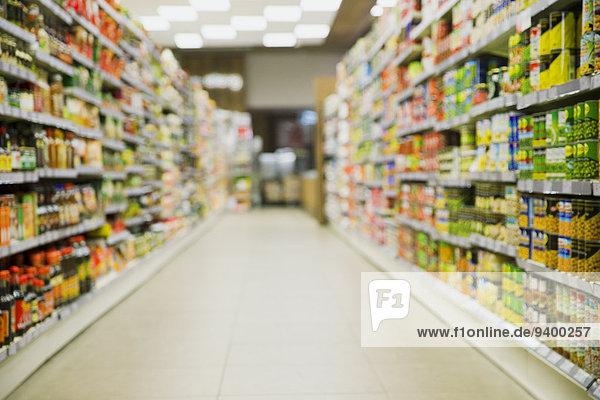 Defokussierte Sicht auf den Lebensmittelgang
