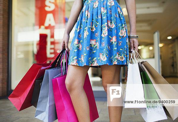 Frau mit Einkaufstaschen im Einkaufszentrum Frau mit Einkaufstaschen im Einkaufszentrum