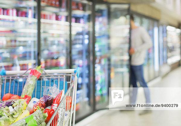 Defokussierte Ansicht des Mannes beim Einkaufen im Lebensmittelgeschäft