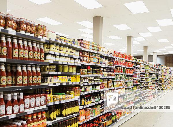 Lagerregale in den Gängen der Lebensmittelgeschäfte, Lagerregale in den Gängen der Lebensmittelgeschäfte