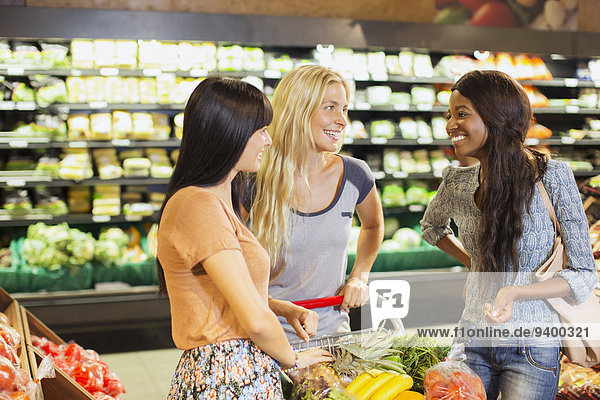 Frauen beim gemeinsamen Einkaufen im Lebensmittelgeschäft