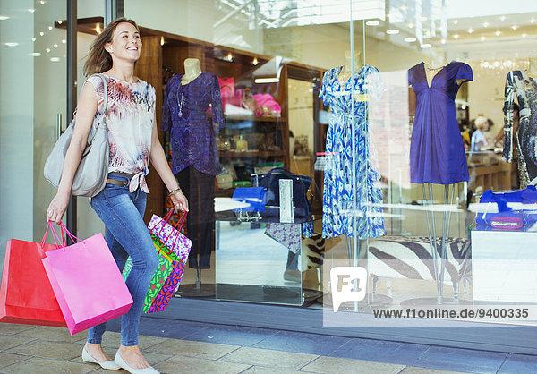 Frau mit Einkaufstaschen im Einkaufszentrum