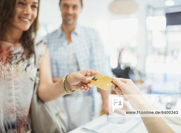 Nahaufnahme der Frau  die mit Kreditkarte bezahlt.