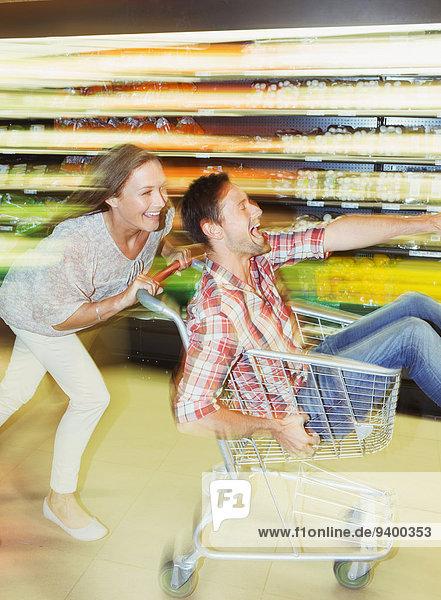 Verschwommene Ansicht des Paares im Lebensmittelgeschäft
