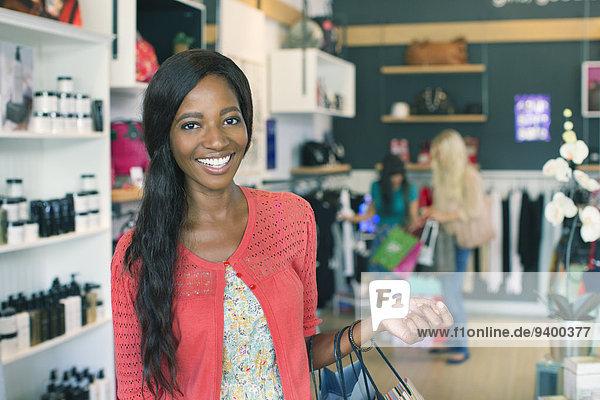 Frau lächelt im Bekleidungsgeschäft