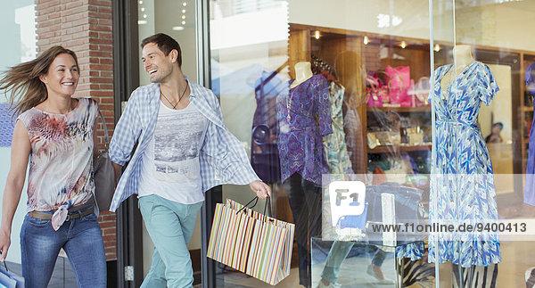 Paar mit Einkaufstaschen im Einkaufszentrum