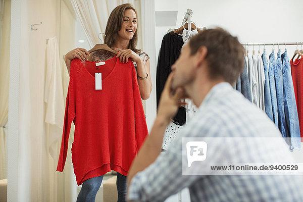 Gemeinsames Einkaufen im Bekleidungsgeschäft