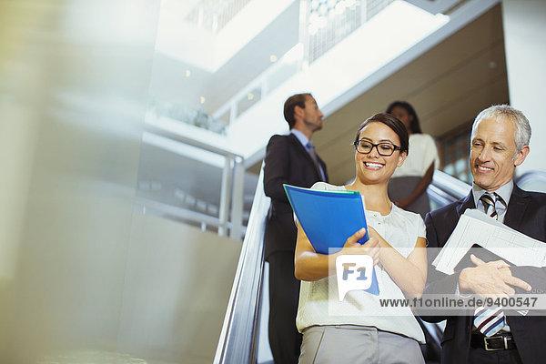 Geschäftsleute suchen Dokumente im Bürogebäude