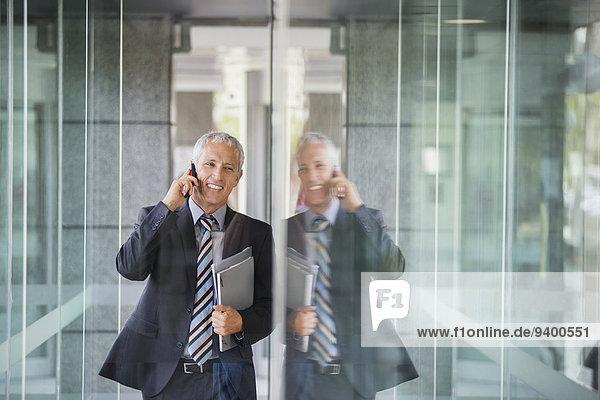 Geschäftsmann beim Telefonieren im Bürogebäude