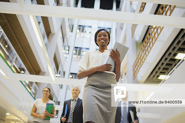 Geschäftsleute  die im Bürogebäude spazieren gehen