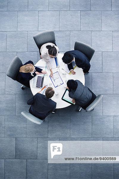 Geschäftsleute  die sich am Tisch treffen