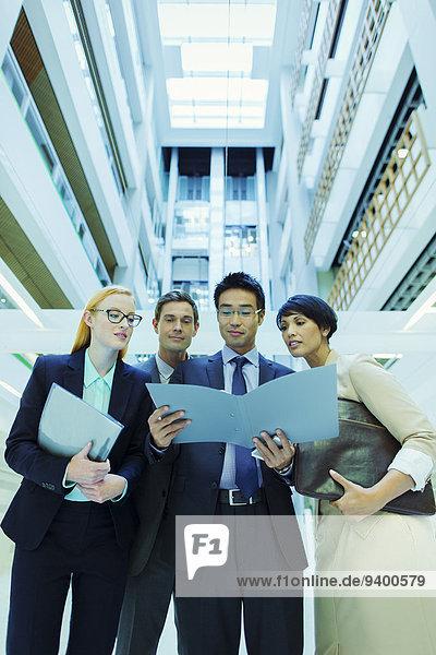 Geschäftsleute suchen Datei im Bürogebäude