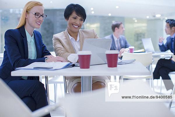 Geschäftsfrauen bei der Arbeit am Laptop am Tisch