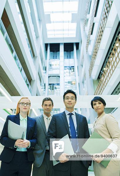 Geschäftsleute versammelten sich im Bürogebäude