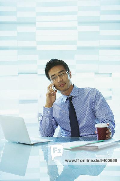 Geschäftsmann mit Laptop im Bürogebäude Cafe