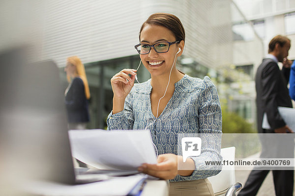 Geschäftsfrau am Schreibtisch im Gespräch am Headset