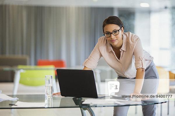 Geschäftsfrau mit Laptop im Bürogebäude