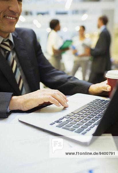 Geschäftsmann bei der Arbeit am Laptop im Bürogebäude