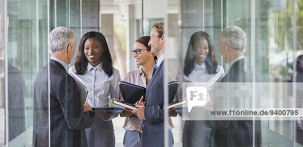 Geschäftsleute sprechen im Bürogebäude