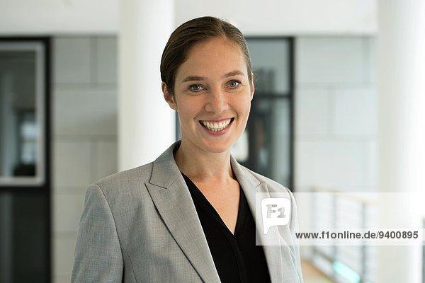 Junge Geschäftsfrau lächelt in die Kamera