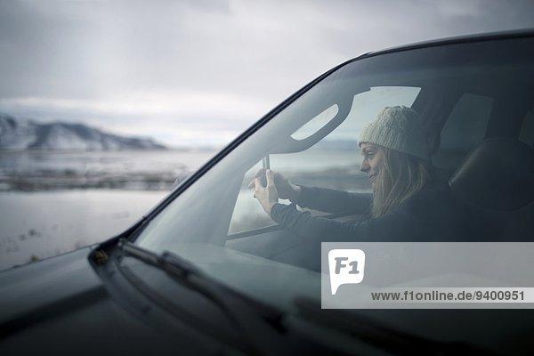junge Frau junge Frauen Winter Fotografie Auto Schnee Wüste