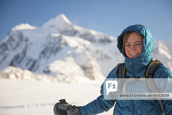 junge Frau junge Frauen Portrait Hintergrund Berg Mount Shuksan Schneeschuhlaufen