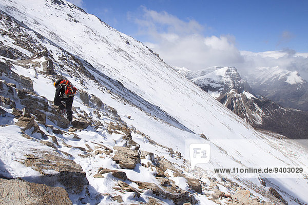 Bergsteiger Kälte Rückansicht Gebirge Nationalpark Ganzansicht Außenaufnahme Einzelperson eine Person Berg Tag Landschaft Schönheit Eis Natur Querformat klettern gefroren Idylle Gebirgszug freie Natur