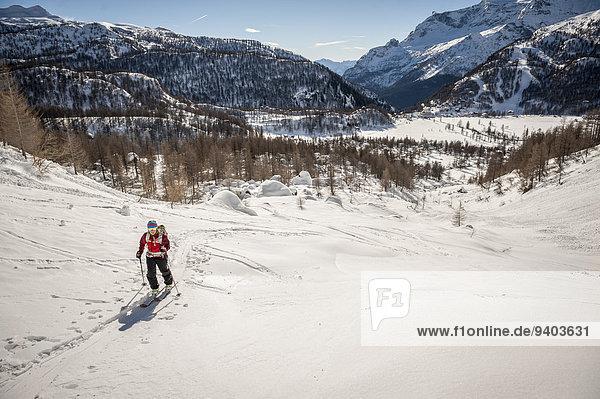 überqueren über Tal Skisport Mädchen Kreuz