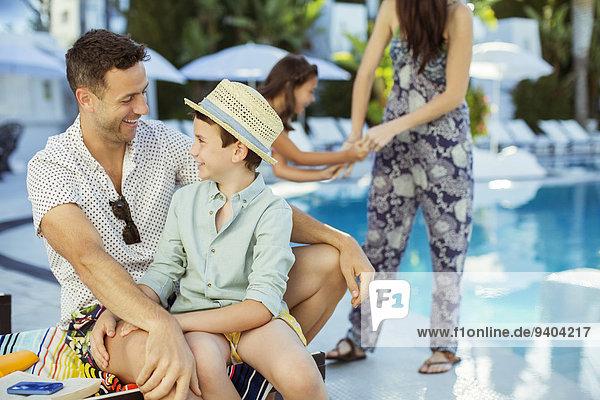 Familie mit zwei Kindern am Swimmingpool