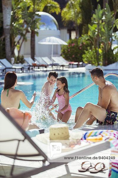 Familie mit zwei Kindern beim Plantschen im Resort-Swimmingpool
