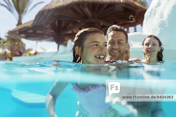 Familie mit zwei Kindern im Schwimmbad im Urlaub