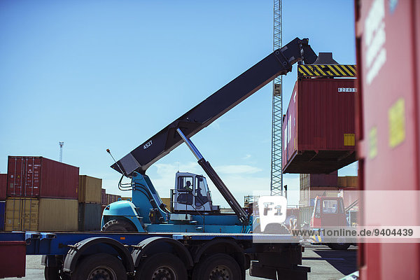 Kran zum Heben von Frachtcontainern