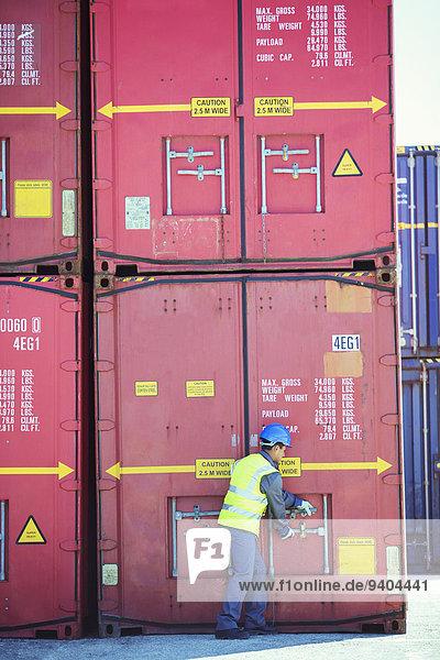 Arbeiter öffnet Frachtcontainer