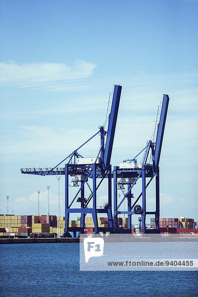 Kräne und Frachtcontainer am Wasser