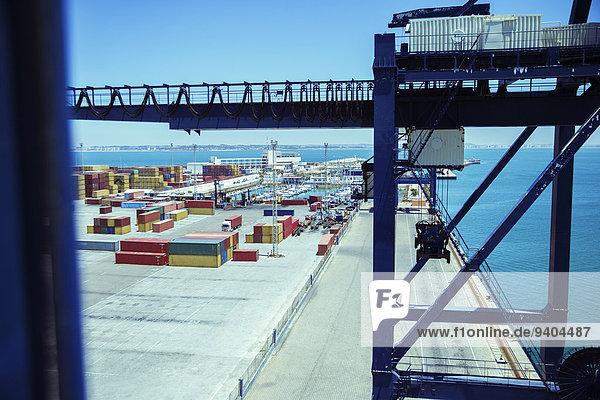 Kran- und Frachtcontainer am Wasser