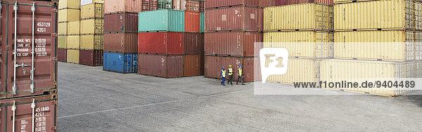 Arbeiter in der Nähe von Frachtcontainern