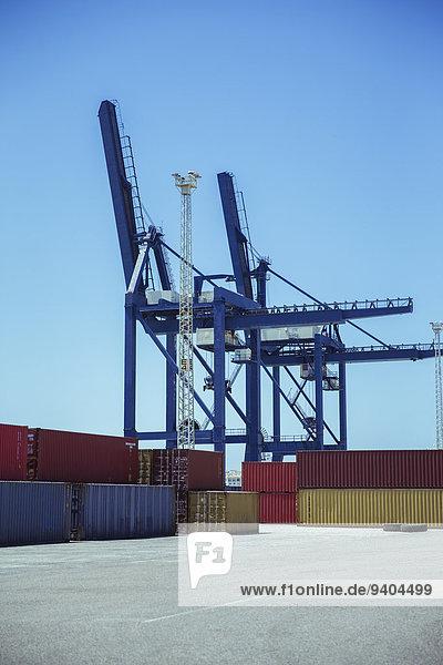 Kräne über Frachtcontainer