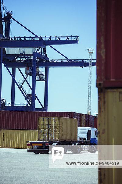 Lastkraftwagen mit Frachtcontainer