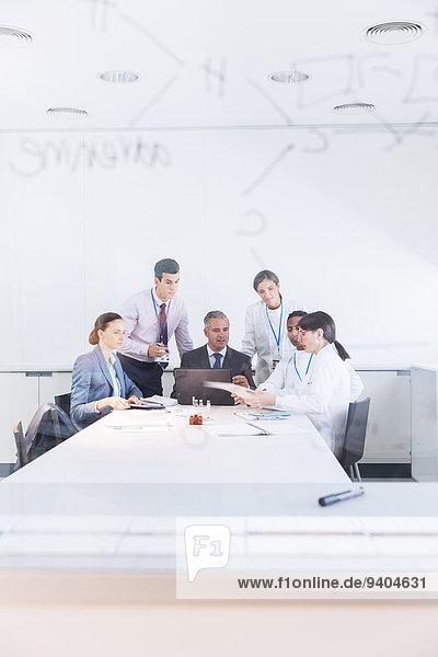Wissenschaftler und Geschäftsleute sprechen im Konferenzraum