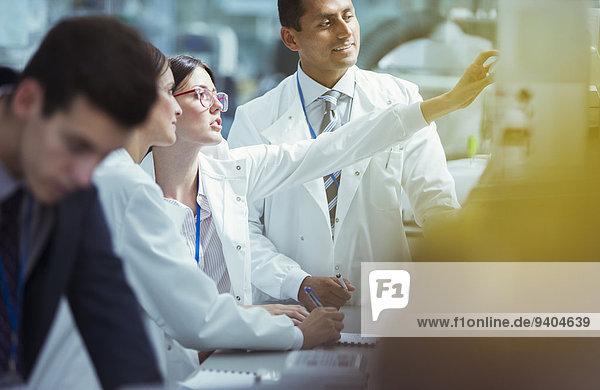 Wissenschaftler  die im Labor arbeiten
