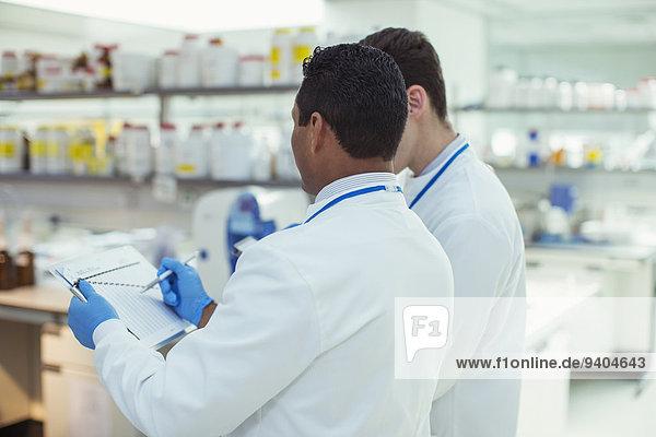 Wissenschaftler machen Notizen im Labor