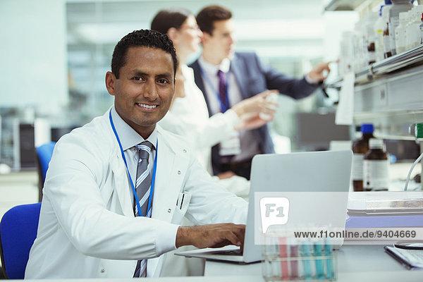 Wissenschaftler bei der Arbeit am Laptop im Labor