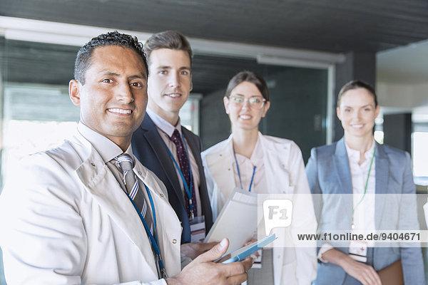 Wissenschaftler und Geschäftsleute lächeln im Labor